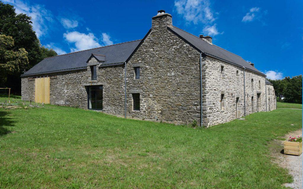 Chambre d'hôtes de charme La Gacilly Redon Rochefort-en-Terre. Vue extérieure sur la longère bretonne