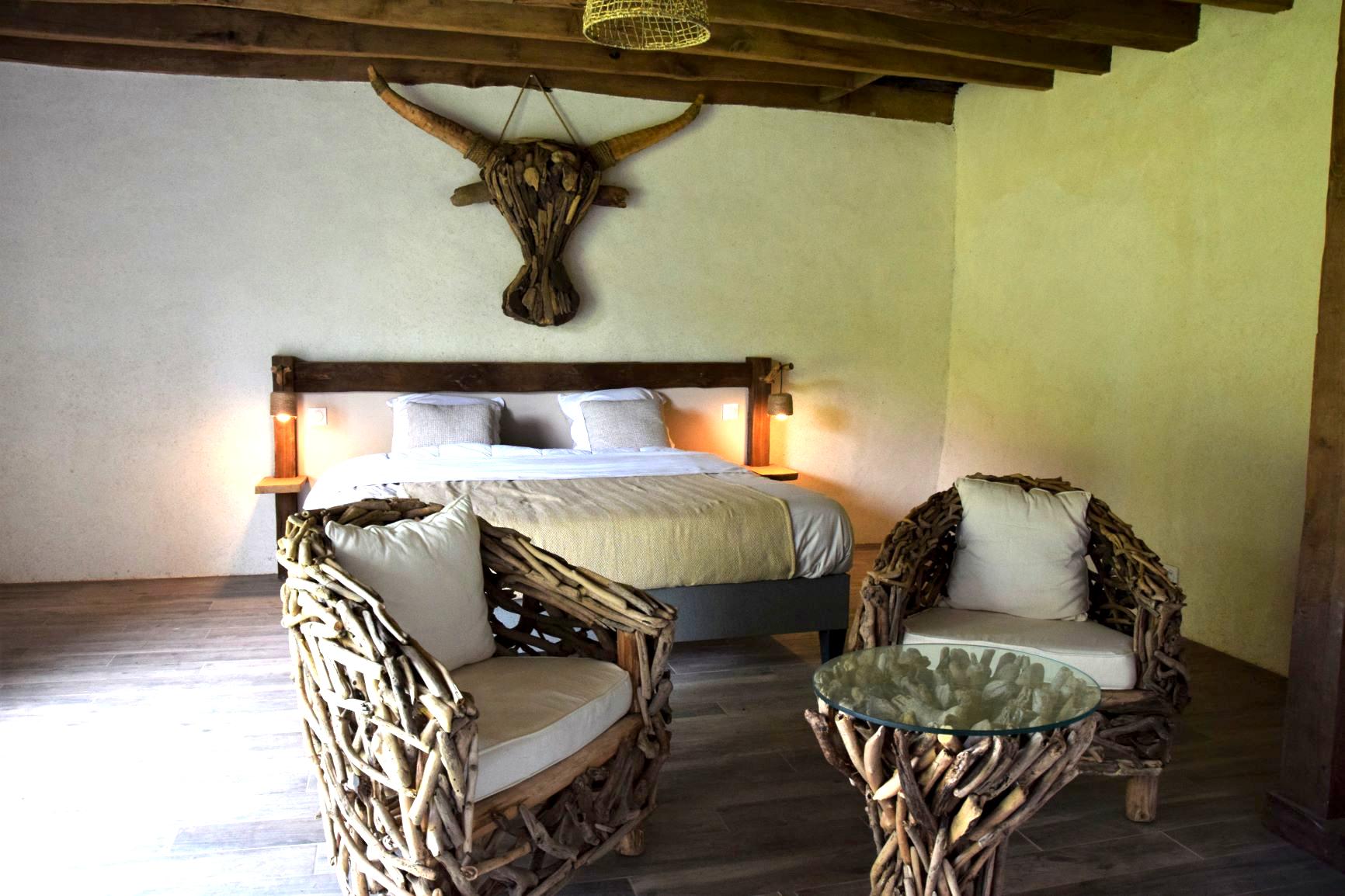 """Chambre d'hôtes de charme La Gacilly Redon Rochefort-en-Terre. Chambre sur le thème du bois au Nom """"Scieurs de bois"""""""